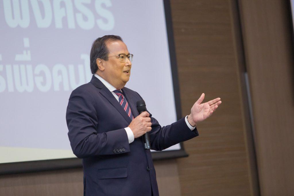 """""""คุณวิเชียร พงศธร"""" ประธานกรรมการมูลนิธิเพื่อคนไทย ตัวแทนโครงการร้อยพลังการศึกษา"""