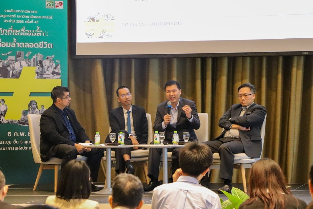 """งานวิจัย """"ดัชนีความเป็นธรรมในสังคม"""" โดย รศ.ดร.ธีระ (ขวาสุด) มีการนำเสนอบนเวที """"ความเหลื่อมล้ำของประเทศไทยจากหลายมุมมองใหม่"""" ซึ่งมีวิทยากรประกอบด้วย """"ผศ.ดร.เฉลิมพงษ์ คงเจริญ"""" (คนที่2 นับจากซ้ายสุด) และ """"ผศ.ดร.ณัฐพงษ์ พัฒนพงษ์"""" (คนที่ 3 นับจากซ้ายสุด) ดำเนินการเสวนาโดย """"ดร.เกียรติอนันต์ ล้วนแก้ว"""" งานวิจัยบนเวทีนี้มาจากผู้เชี่ยวชาญด้านเศรษฐศาสตร์ ยกเว้นงานวิจัยของรศ.ดร.ธีระที่มาจากคณะสังคมวิทยาและมานุษยวิทยา"""